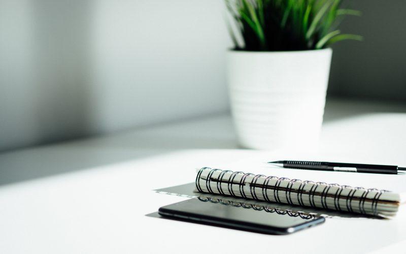 Notitieboekje met pen en telefoon